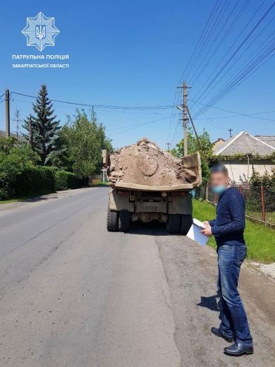 В Ужгороді притягнули до відповідальності водія вантажівки, що забруднив проїзну частину однієї з вулиць