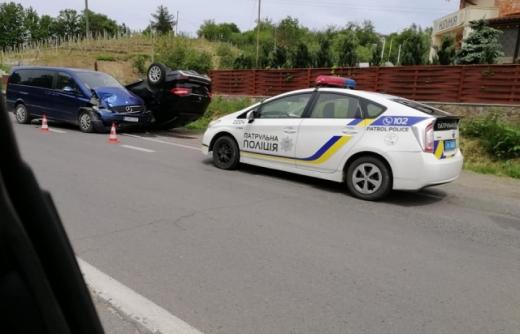 Аварія в Ужгороді: зіштовхнулися дві автівки, одна з них перекинулася на дах