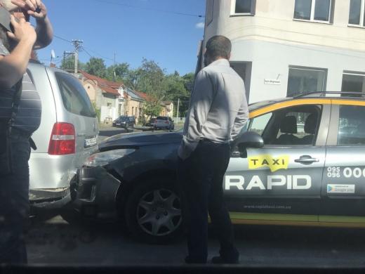 В Ужгороді трапилася ДТП за участі таксі (фотофакт)