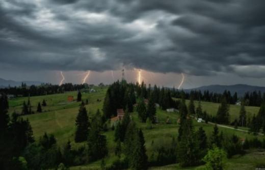 Пориви вітру, дощі з грозами і градом: на Закарпатті прогнозують погіршення погоди