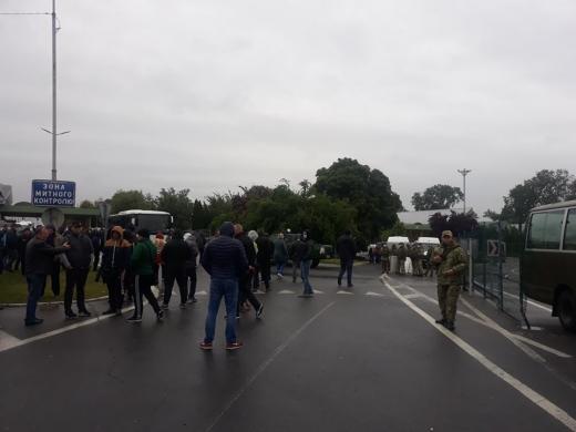 Через протести на кордоні з Угорщиною призупинено пропуск автомобілів (ФОТО)