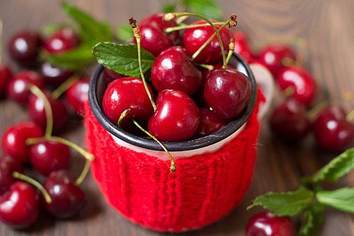 Черешня та абрикоси не подешевшають: скільки коштують ягоди та фрукти в Україні