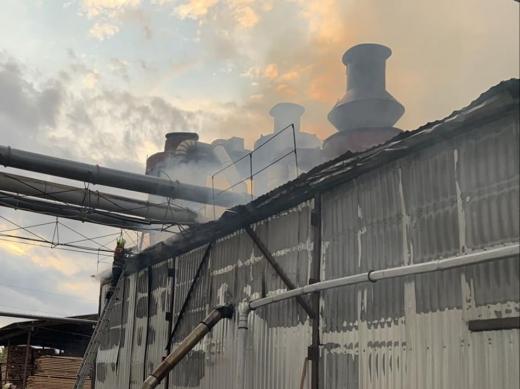 Мукачівські вогнеборці приборкували пожежу у складському приміщенні (ФОТО)