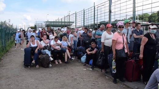 Черги на кордоні з Польщею: люди по 10 годин чекають на проходження контролю