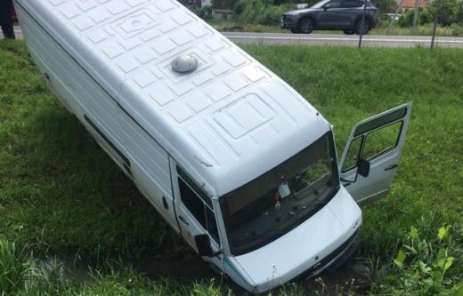 На Закарпатті сталася аварія внаслідок якої мікроавтобус опинився в кюветі