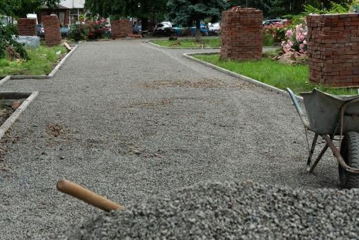 В Ужгороді триває капітальний ремонт скверу на площі Петефі