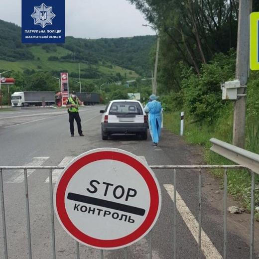 На станції Нижні Ворота патрульні і медики перевіряють водіїв та пасажирів (ФОТО)