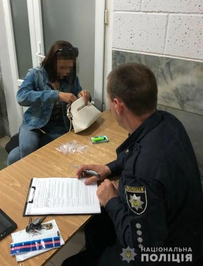 Вночі у Виноградові полісмени виявили наркотики у жінки