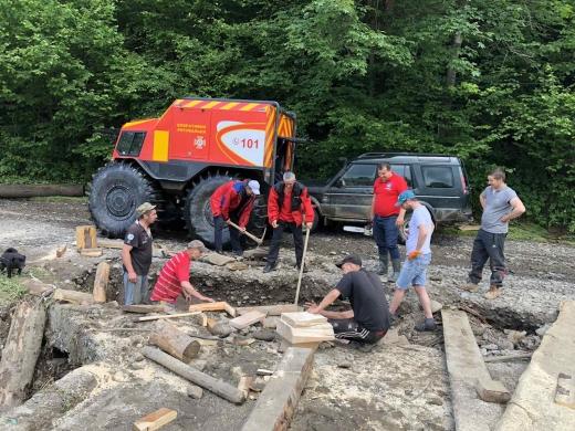 Закарпатські рятувальники ліквідовують наслідки негоди в краї