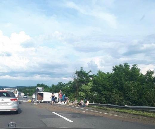 На Закарпатті перекинулася маршрутка з пасажирами, є жертва (ФОТО)