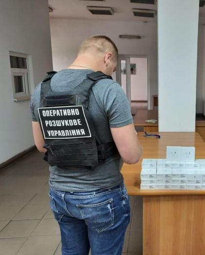 """У ПП """"Солотвино"""" виявили партію бездротових навушників «AirPods» (ФОТО)"""