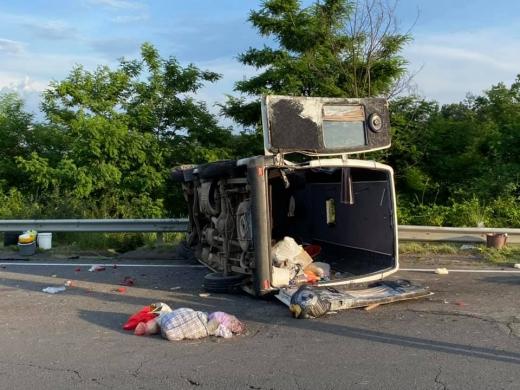 У трьох пасажирів мікроавтобусу, який перевернувся на Ужгородщині, виявили COVID-19