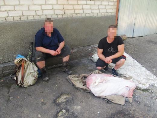 Поблизу кордону з Румунією затримали двох браконьєрів з мішками м'яса дикої тварини (ФОТО)