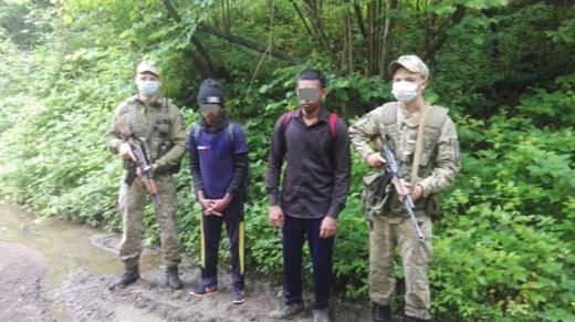 Поблизу кордону зі Словаччиною прикордонники затримали двох нелегалів зі Шрі-Ланки