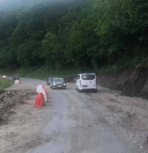 Зруйновану  повінню дорогу активно відновлюють на Закарпатті