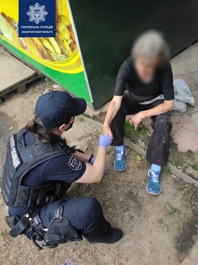 Закарпатські патрульні допомогли жінці без свідомості в Ужгороді