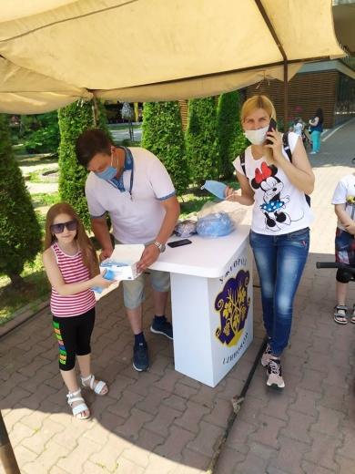 У Боздоському парку в Ужгороді роздавали захисні маски та нагадували про соціальну дистанцію