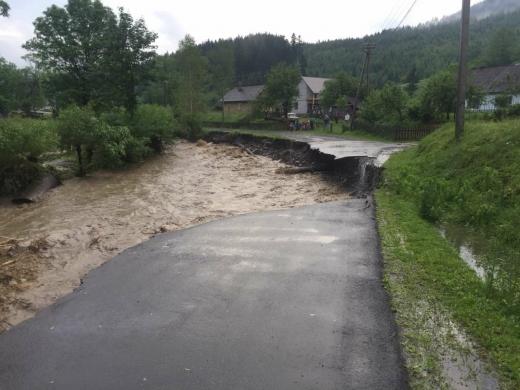 У Міжгірському районі через опади пошкоджено дорогу та зафіксовано зсувний процес