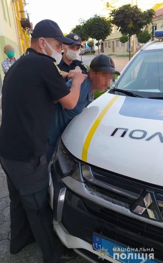 У Мукачеві у багатолюдному місці  пограбували пенсіонера
