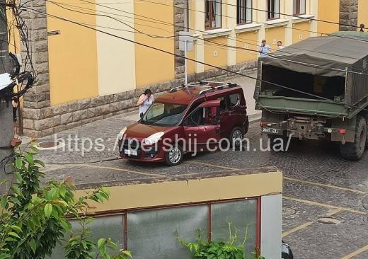 На Закарпатті військова вантажівка  зіткнулася з легковим авто (ФОТО)
