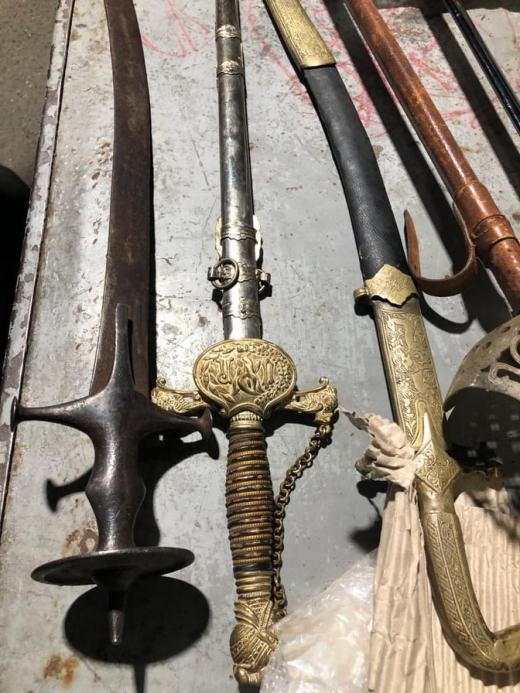 Шаблі та мечі: на кордоні з Угорщиною виявили незвичну посилку