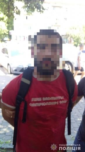 В центрі Ужгорода затримали 23-річного чоловіка під час продажу марихуани (ФОТО)