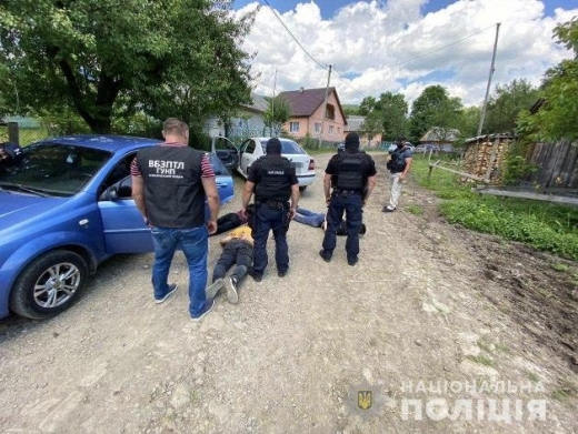 П'ятьох нелегальних мігрантів з дитиною та їх провідником затримали закарпатські поліціянти