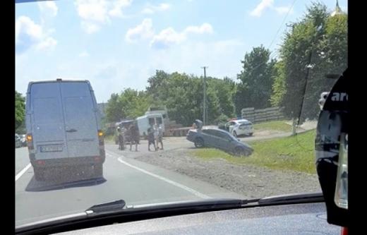 Автопригода трапилася на Закарпатті: машина полетіла у кювет