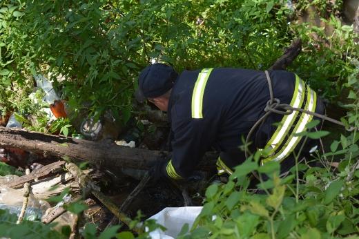 Річку від сміття розчищають закарпатські рятувальники: ФОТО