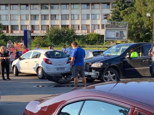 ДТП в Ужгороді: через п'яного водія пошкоджені легкові авто й автобус Електрон