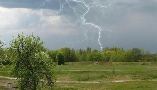 На вихідних в Україну повернуться зливи з грозами