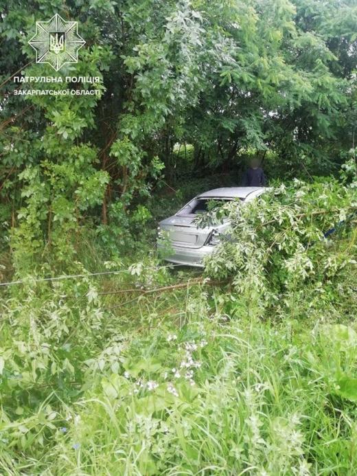 На одній із закарпатських автодоріг автомобіль перекинувся на дах