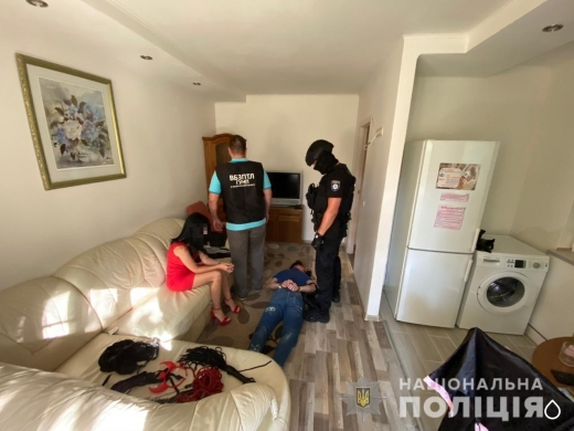 Шантажували розповсюдженням пікантних відео: на Закарпатті затримали групу вимагачів