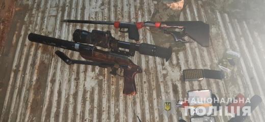 На Берегівщині поліція затримала 33-річного закарпатця, у машині якого знайшли зброю і наркотики