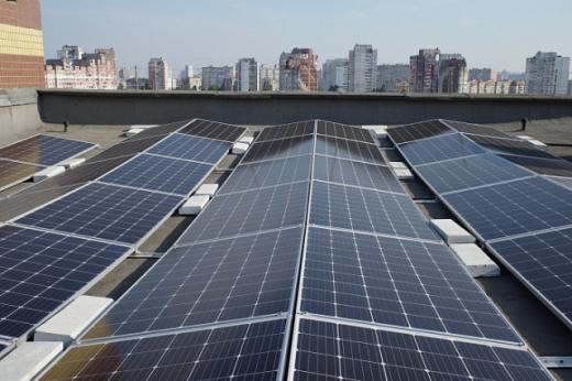 У столиці встановили на багатоповерхівці найпотужнішу в Україні дахову сонячну станцію