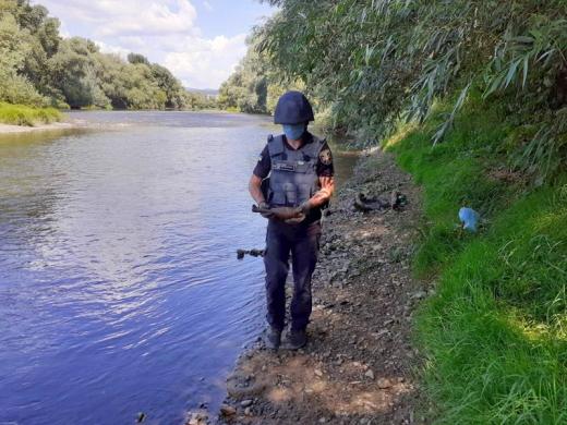 В Ужгороді на дні річки виявили міну