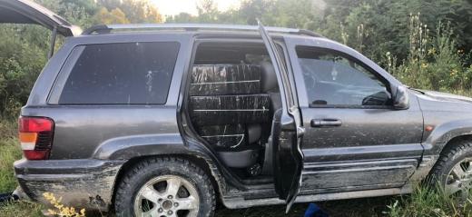 Закарпатські прикордонники затримали позашляховик з контрабандистами та цигарками