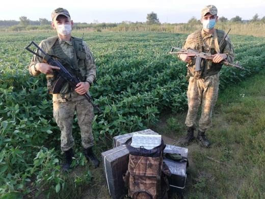 Поблизу кордону з Угорщиною прикордонники ловили контрабандиста з цигарками (ФОТО)