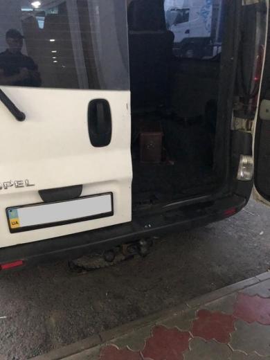 У ПП «Тиса» прикордонники в запасному колесі мікроавтобуса «Opel» знайшли брендовий дитячий одяг