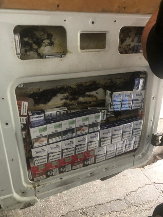 На кордоні з Угорщиною виявили запакований цигарками мікроавтобус