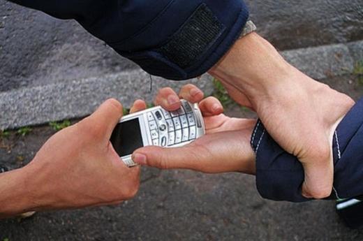В Ужгороді невідомий напав на 55-річного чоловіка і відібрав у нього телефон і гаманець