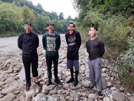 На Закарпатті прикордонники затримали чотирьох юнаків під час переправи пакунків з тютюном