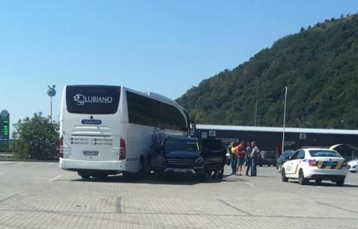 На Закарпатті автобус зіштовхнувся з позашляховиком