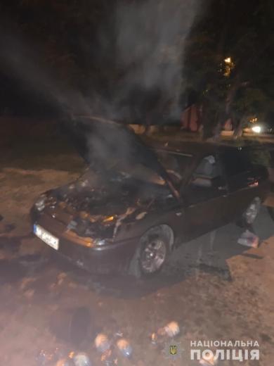 Закарпатські поліціянти допомогли жінці загасити автівку, яка загорілася під час руху