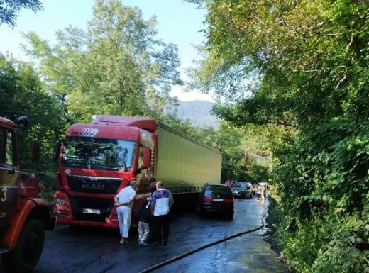 На Рахівщині в наслідок ДТП пальне вантажного автомобіля витекло на проїжджу частину автодороги