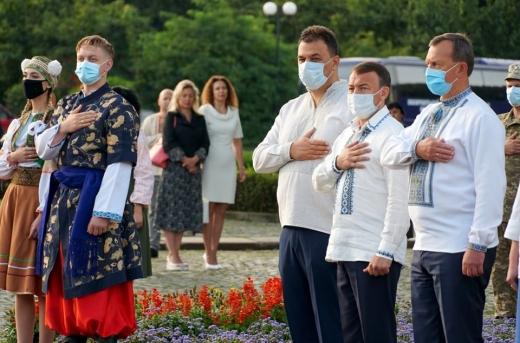 В Ужгороді керівництво та громадськість області поклали квіти до пам'ятника Тарасу Шевченку