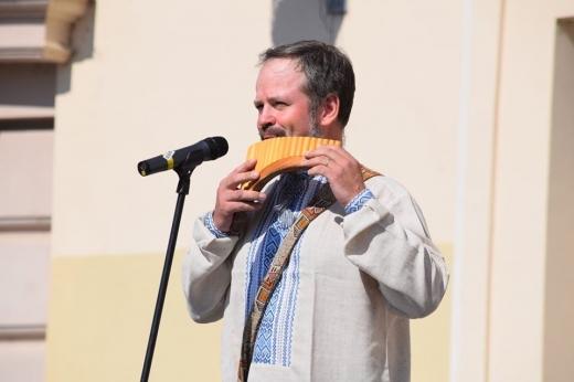 На площі Театральній талановиті ужгородці вітали Україну зі святом