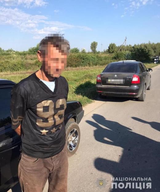 Погрожував ножем і забрав усе цінне: правоохоронці затримали зухвалого грабіжника