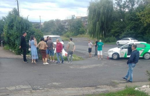 Поблизу популярного ресторану в Ужгороді зішхтовхнулися дві автівки