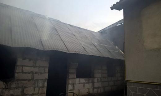 На Закарпатті від вогню рятували житлові будинки